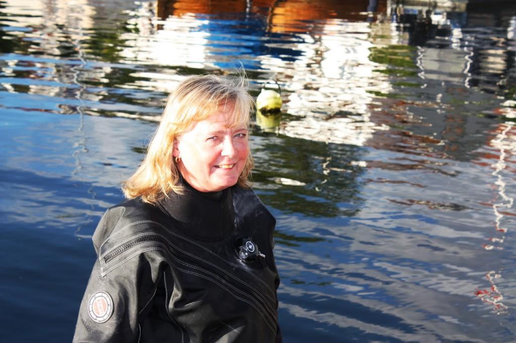 Brit dykker opp foran akvariet, viktig å ta vare på.